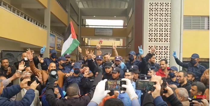 وداع بين عناصر الشرطة والمحجورين في قطاع غزة