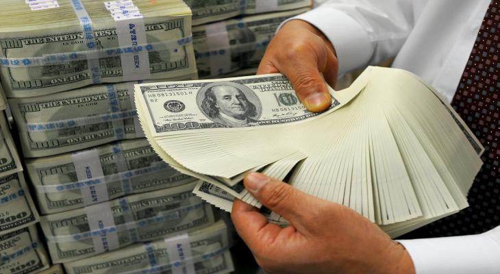 الدولار يقفز على إثر الهبوط التاريخي للنفط