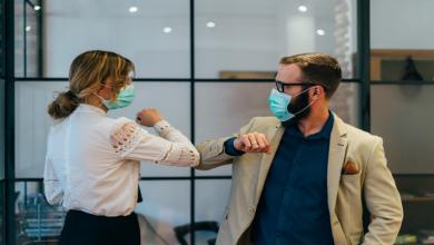 Photo of طبيب أمريكي بارز يزعم أن فيروس كورونا قد ينتشر بطرق جديدة
