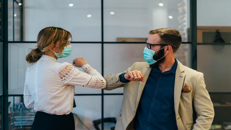 طبيب أمريكي بارز يزعم أن فيروس كورونا قد ينتشر بطرق جديدة